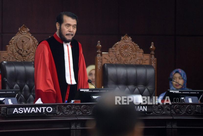 Ketua Mahkamah Konstitusi (MK) Anwar Usman memimpin sidang Perselisihan Hasil Pemilihan Umum (PHPU) sengketa Pilpres 2019 di Gedung Mahkamah Konstitusi, Jakarta, Jumat (21/6).