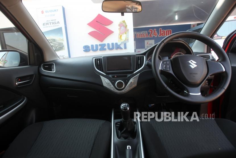 Mobil Baleno terparkir di posko Siaga 24 jam Suzuki di Gringsing, Jawa Tengah, Senin (11/6).