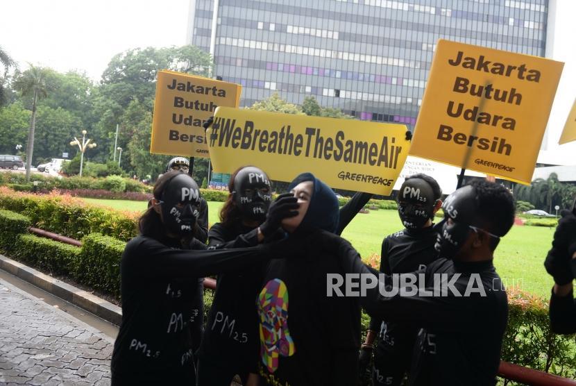 Polusi Udara Jakarta.Aktivis greenpeace melakukan aksi teatrikal terkait kualitas udara Jakarta di Kementerian Lingkungan Hidup dan Kehutanan, Jakarta, Selasa (5/3/2019).