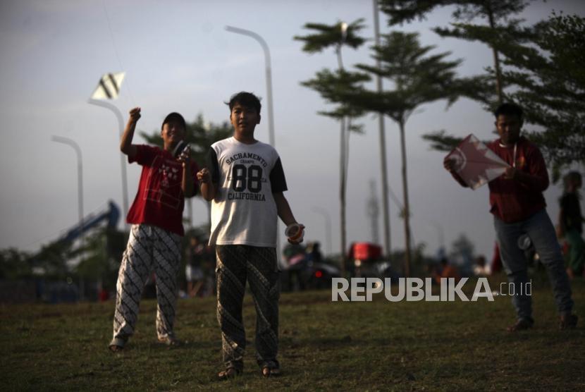 Sejumlah anak bermain layang-layang di Kawasan Setu Babakan, Jakarta, Selasa (22/5).