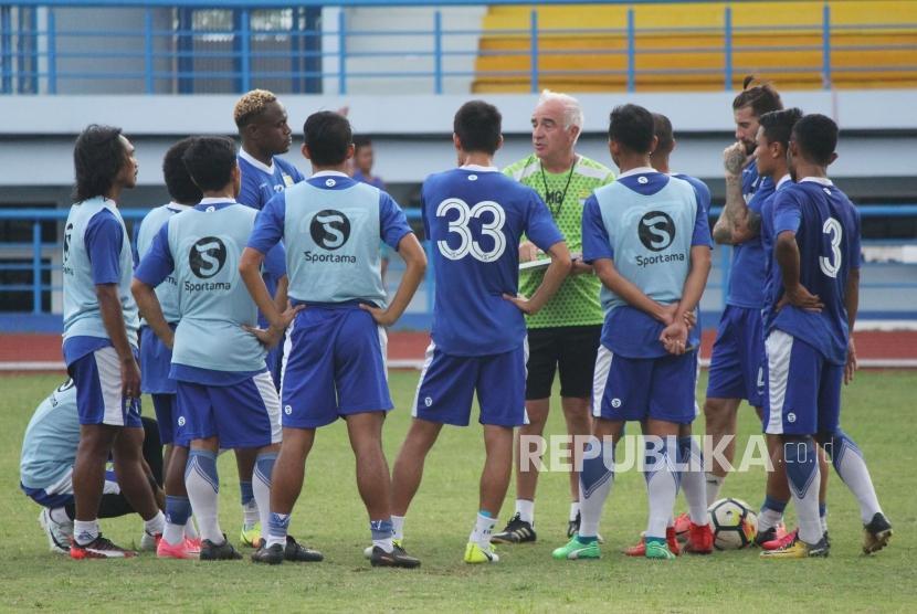 Pelatih Persib, Roberto Carlos Mario Gomez bersama para pemain Persib saat latihan di Lapangan Sport Jabar Arcamanik, Kota Bandung, Selasa (14/5) sore.