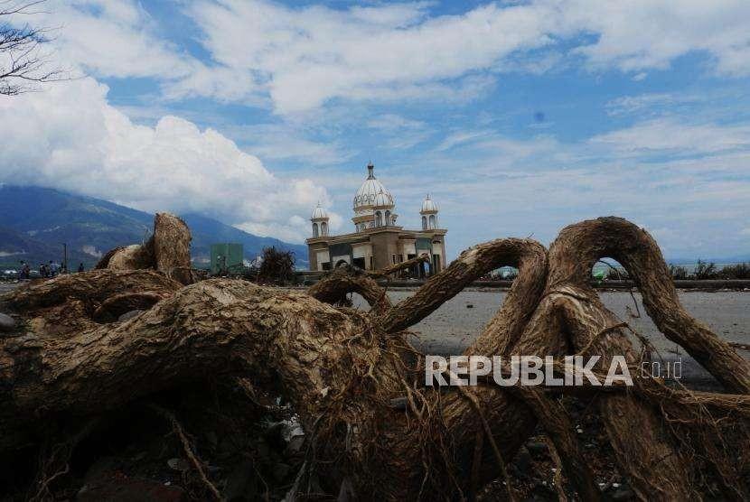 Akibat gempa bumi dan gelombang tsunami yang terjadi pada 28 September lalu, membuat Masjid Arkam Babu Rahman (masjid Apung) yang terletak di pantai Talise, Palu Sulawesi Tengah, nampak rusak, Sabtu (13/10).