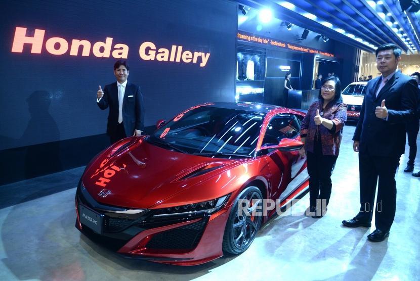 Galeri Honda. Presiden Direktur PT Honda Prospect Motor (HPM) Takehiro Watanabe (kiri) bersama Senior Vice President Benawati Abas (kedua kanan), dan Direktur Pemasaran dan Purna Jual Jonfis Fandy (kanan) berfoto di samping supercar Honda NSX saat meresmikan Galeri Honda di Jakarta, Selasa (10/4).