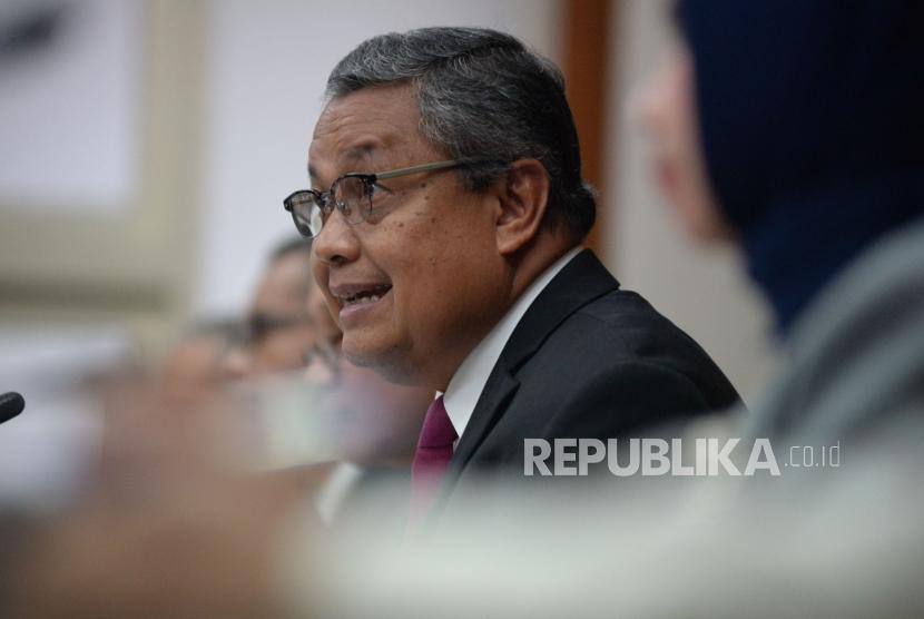 Gubernur Bank Indonesia Perry Warjiyo menyampaikan konferensi pers hasil Rapat Dewan Gubernur di kantor Bank Indonesia, Jakarta, Kamis (16/5).