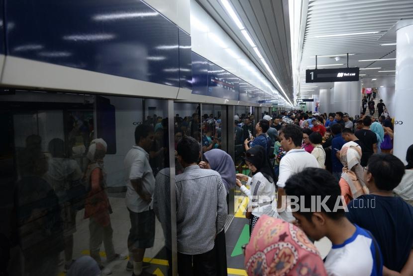 Penumpang Pertama Pascaperesmian MRT. Penumpang Moda Raya Terpadu (MRT) berjubel di pintu masuk Stasiun MRT Bundaran HI, Jakarta, Ahad (24/3/2019).