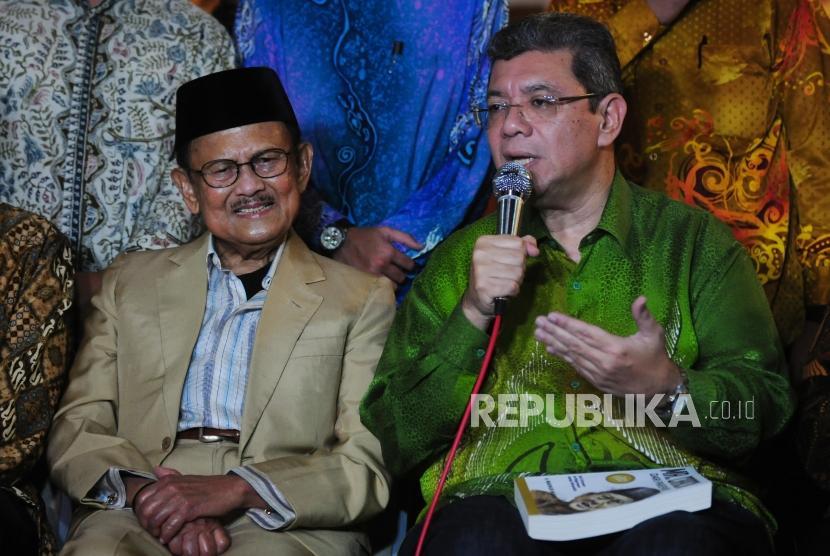 Presiden Ketiga RI BJ Habibie (kiri) bersama Menteri Luar Negeri Malaysia Dato' Saifuddin Abdullah (kanan) memberikan paparan usai melakukan pertemuan di Ruang Perpustakaan Habibie & Ainun, Kuningan, Jakarta, Ahad (22/7).