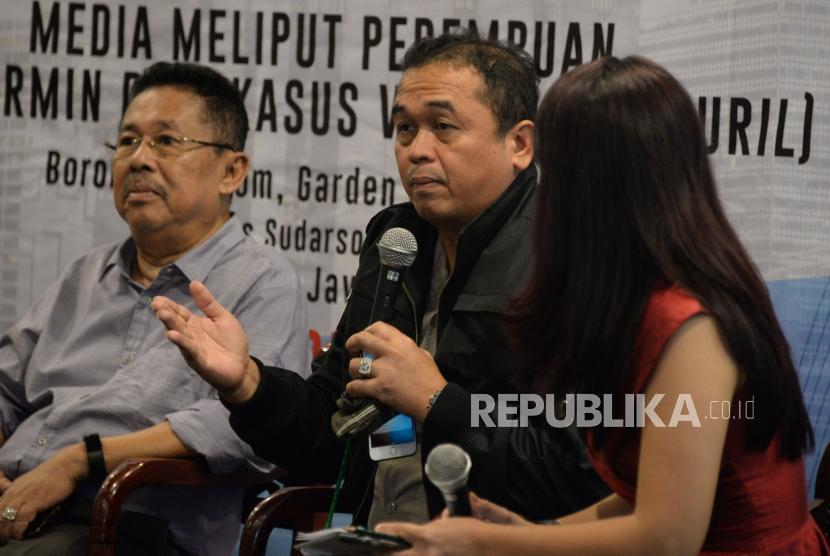 Kabid Humas Polda Jatim Kombes Pol Frans Barung Mangera (tengah) menyampaikan pandanganya bersama Jurnalis Senior Karni Ilyas (kanan) dan Moderator Apreyvita Wulansari saat menjadi narasumber pada the editor's talk dalam rangkaian Hari Pers Nasional (HPN) 2019 di Surabaya, Jawa Timur, Jumat (8/2).