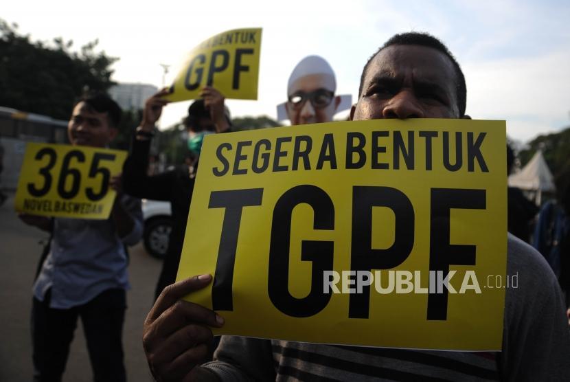 Aktivis Anti Korupsi membawa poster bergambarkan Novel Baswedan dalam rangka peringatan 1 tahun kasus Novel Baswedan di depan Istana Merdeka Jakarta, Rabu (11/4).