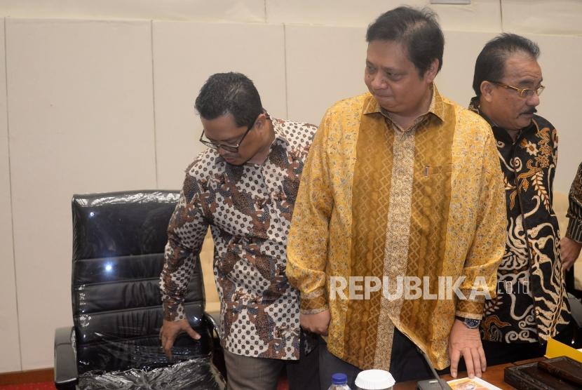 Ketua Umum Golkar Airlangga Hartarto bersiap memimpin rapat pleno fraksi partai golkar di Gedung Nusantara, Kompleks Parlemen ,Senayan, Jakarta, Kamis (11/1/18).