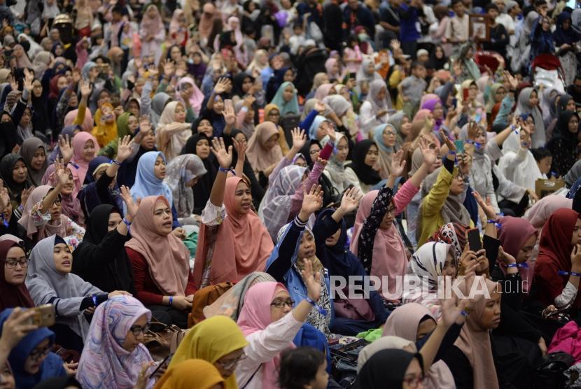 Pengunjung memadati area acara Hijrah Fest Ramadhan di JCC Senayan, Jakarta, Ahad (26/5).