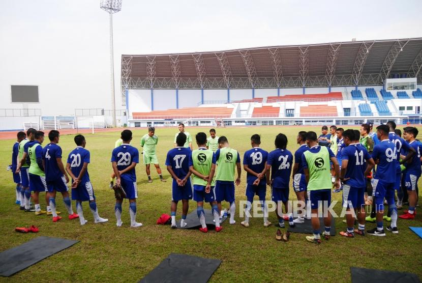 Tim Persib Bandung sesi latihan dipimpin asisten pelatih Dejan Miljanic di Stadion Arcamanik, Bandung, Senin (21/1).