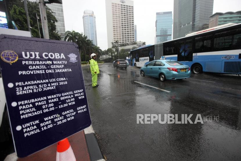 Petugas Dishub mengatur lalu lintas saat uji coba Sistem Ganjil Genap (ilustrasi)