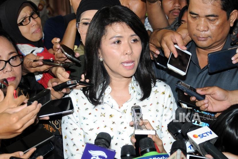 Kuasa Hukum Basuki Tjahaja Purnama alias Ahok yang juga Adiknya Fifi Lety Indra memberikan penjelasan usai sidang Peninjauan Kembali (PK) ke Mahkamah Agung (MA) terkait kasus penistaan agama di Pengadilan Negeri Jakarta Utara, Jakarta, Senin (26/2).
