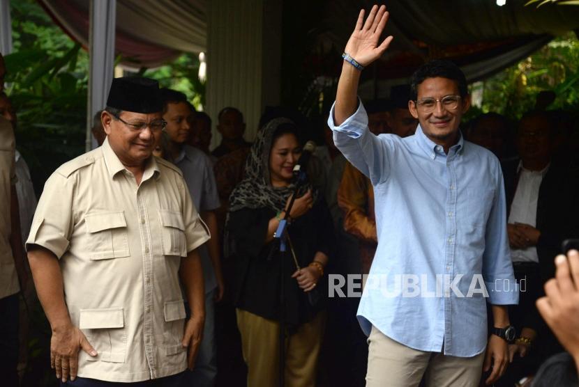 Pasangan Capres dan Cawapres No 02 Prabowo Subianto-Sandiaga Uno menyapa wartawan usai memberikan keterangan terkait hasil final rekapitulasi nasional KPU di Kertanegara, Jakarta, Selasa (21/5).
