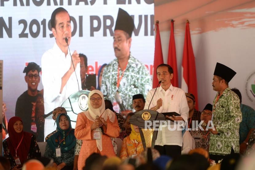 Sosialisasi Penggunaan Dana Desa. Presiden Joko Widodo menyampaikan sambutan saat sosialisasi penggunakan dana desa di Trenggalek, Jawa Timur, Jumat (4/1/2019).