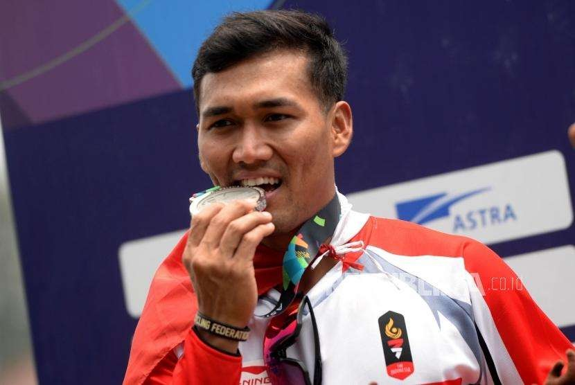 Atlet Sepeda BMX Putra Indoensia I Gusti Bagus Saputra menggigit medali usai pertandingan final cabang sepeda BMX putra Asian Games 2018 di Pulomas Internasional BMX Center, Jakarta, Sabtu (25/8).