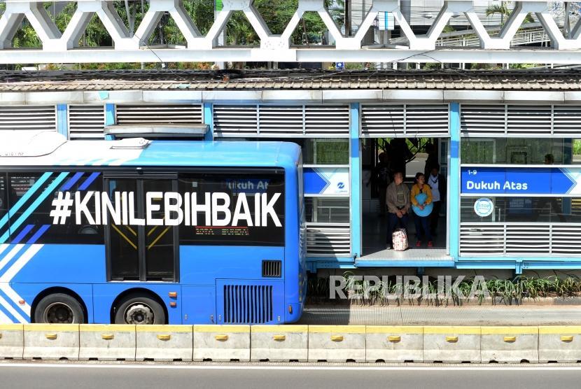 Penumpang menunggu Bus Transjakarta di Halte Dukuh Atas, Jalan Jenderal Sudirman, Jakarta, Kamis (3/1).