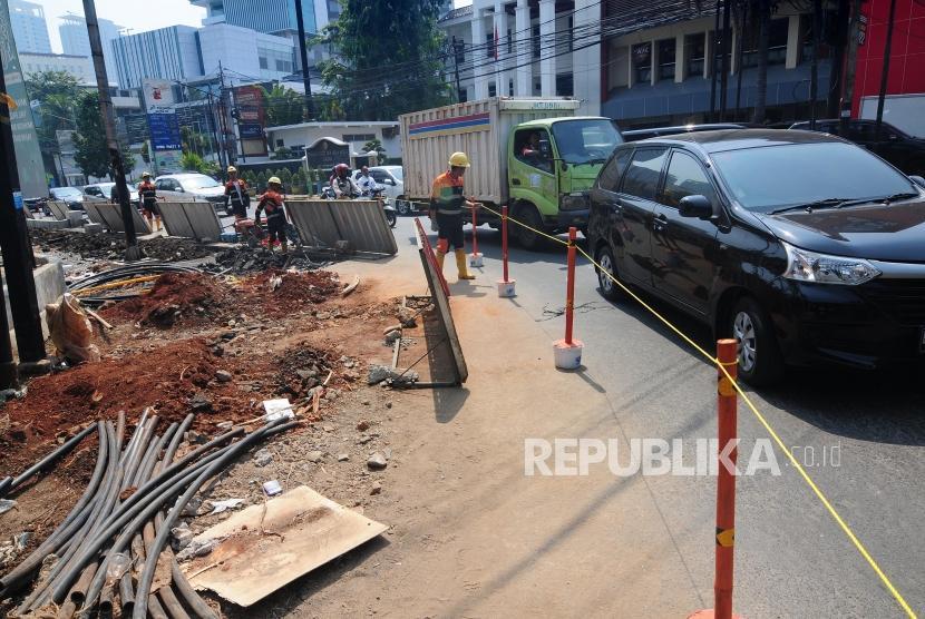 Renovasi Trotoar Cikini. Sejumlah petugas Dinas Bina Marga DKI Jakarta melakukan pengerjaan revitalisasi trotoar di Jalan Cikini, Jakarta Pusat, Senin (1/7).