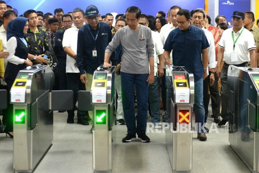Peresmian MRT Fase 1. Presiden Joko Widodo (tengah) didampingi Gubernur DKI Jakarta Anies Baswedan mencoba gate MRT saat peresmian di Stasiun Istora Senayan, Jakarta, Ahad (24/3/2019).