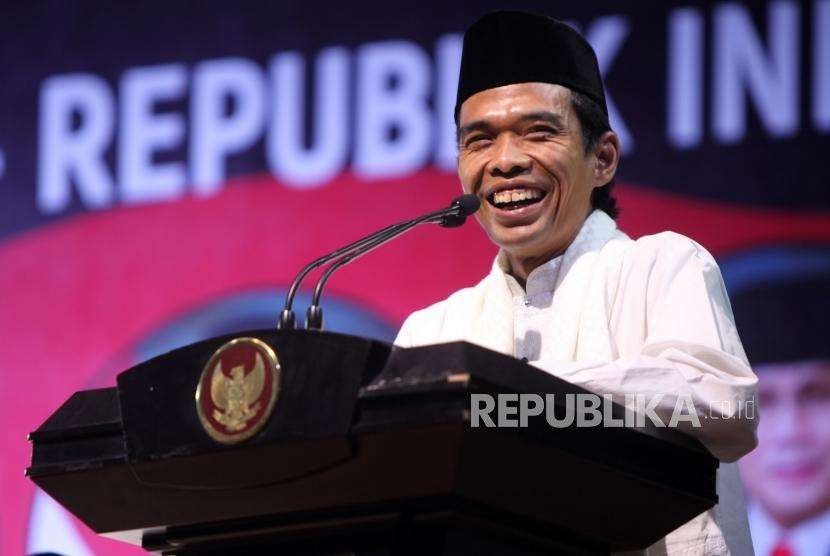 Ustaz Abdul Somad memberikan tausiyahnya saat acara MPR-RI Bersholawat di Kompleks Parlemen, Jakarta, Rabu (29/8).