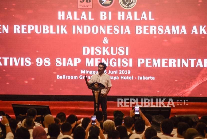 [ilustrasi] Aktivis 98 Adrian Napitupulu (tengah) memberi sambutan pada acara Halalbihalal dengan Presiden Joko Widodo di Jakarta Pusat, Ahad (16/6).