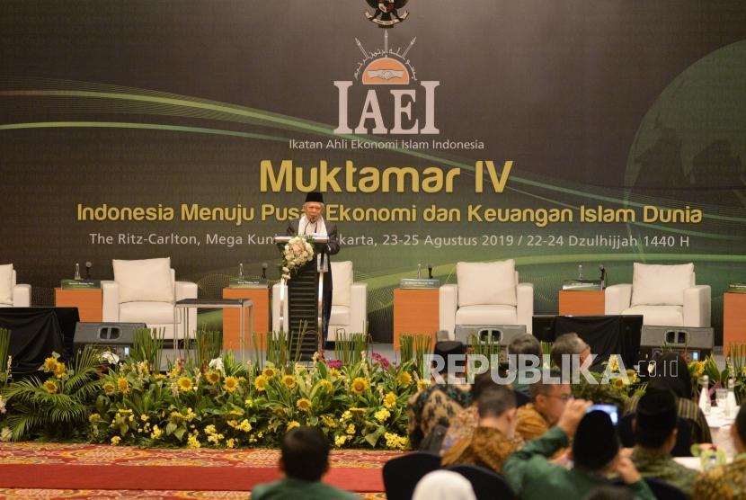 Wakil Presiden terpilih yang juga Ketua Dewan Pertimbangan DPP Ikatan Ahli Ekonomi Islam Indonesia (IAEI) KH Ma'ruf Amin memberikan Keynote Speech dalam rangkaian acara Muktamar IV IAEI di Jakarta, Jumat (23/8).