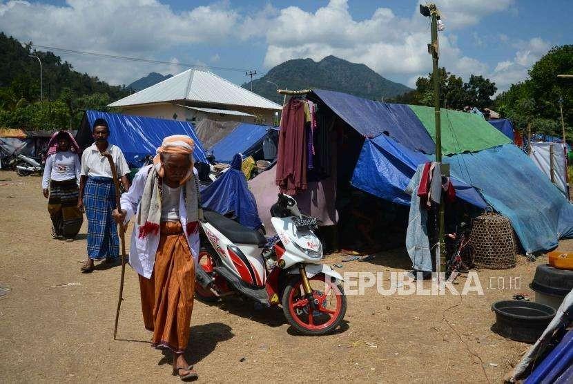 Korban bencana gempa bumi lombok bersiap menunaikan ibadah salat di jumat di pengungsian, Lombok Utara, Nusa Tenggara Barat, Jumat (10/8).