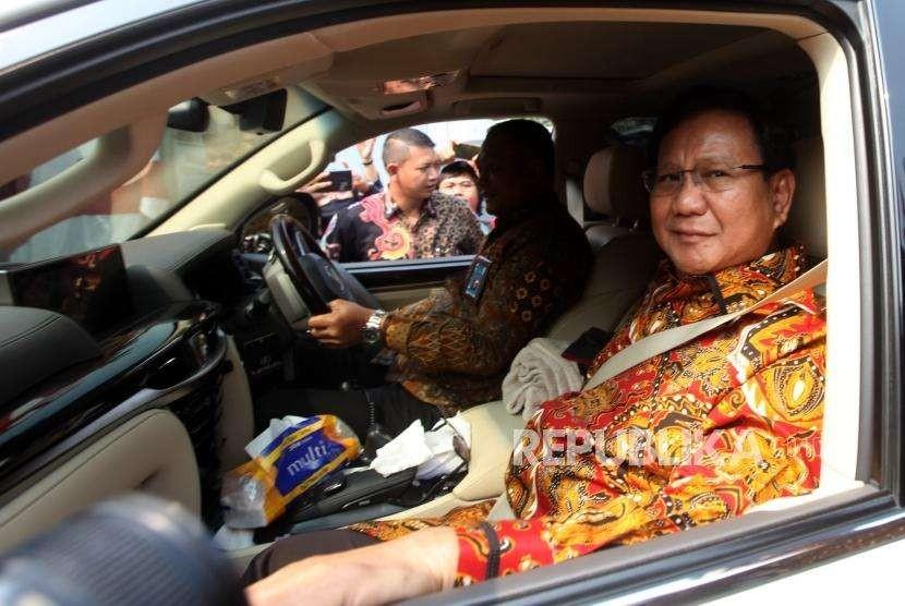 Ketua Umum Partai Grindera Prabowo Subianto berkunjung ke kediaman Ketua Partai Demokrat Susilo Bambang Yudhoyono di Jalan Mega Kuningan Timur, Jakarta, Kamis (9/8).