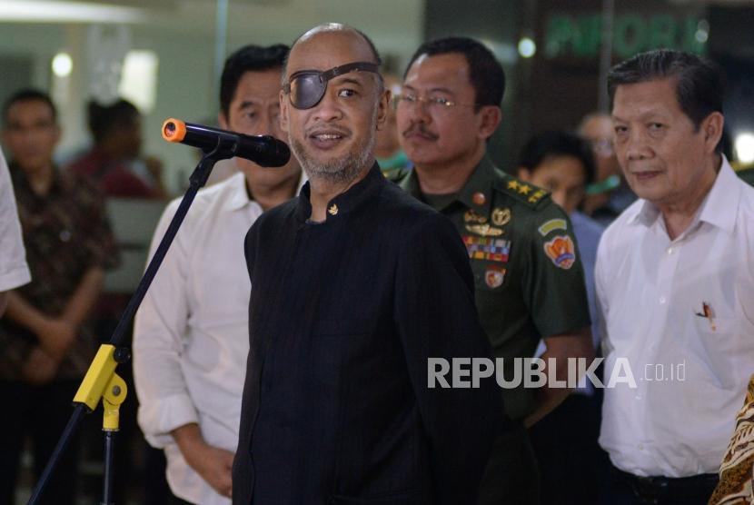 Putra Presiden Ke-3 RI BJ Habibie, Thareq Kemal Habibie memberikan keterangan terkait kondisi terkini ayahnya di Rumah Sakit Pusat Angkatan Darat (RSPAD) Gotot Soebroto, Jakarta, Selasa (10/9).