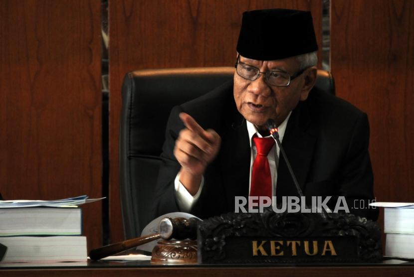 Ketua Dewan Kehormatan Penyelenggara Pemilu (DKPP) sekaligus Ketua Majelis Pemeriksa Harjono memaparkan penjelasan saat memimpin Sidang Pelanggaran Kode Etik di Kantor DKPP, Jakarta, Rabu (14/3).