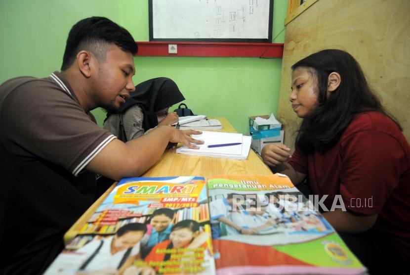 Anak-anak mengikuti kegiatan les bimbingam belajar di Global Learning Center, CIbubur, Jakarta, Selasa (6/3).
