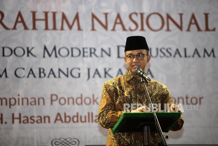 Gubernur DKI Jakarta Anies Baswedan memberikan sambutan saat acara Silaturahmi Nasional Keluarga Besar Pondok Modern Gontor di Masjid Istiqlal, Jakarta, Sabtu (12/5).