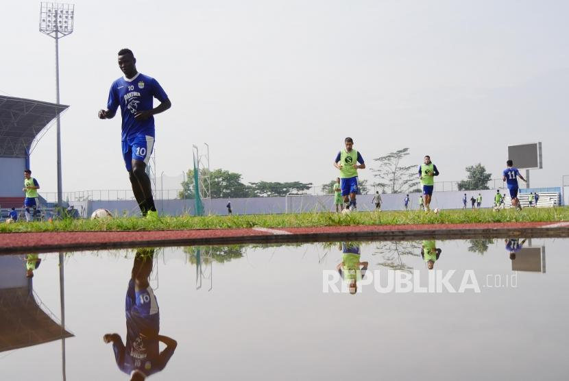 Ezechiel Ndouassel dan beberapa rekrutan baru Persib Badnung mengikuti sesi latihan di Stadion Arcamanik, Bandung, Senin (21/1).