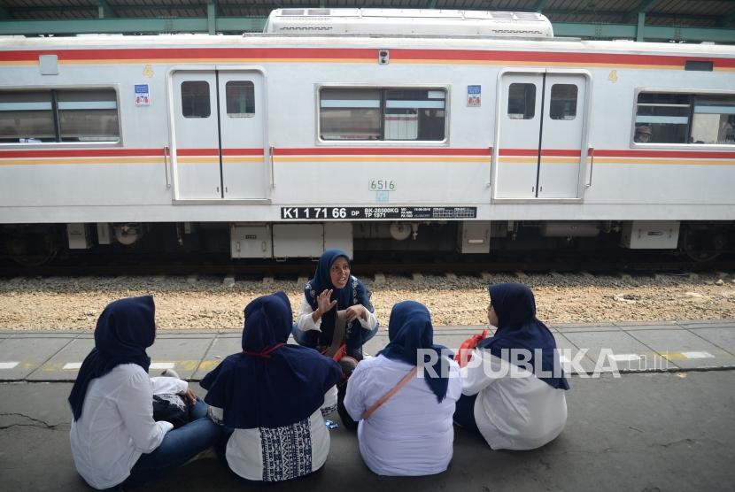 Sejumlah penumpang menunggu Kereta Rel Listrik (KRL) di Stasiun Manggarai, Jakarta. ilustrasi