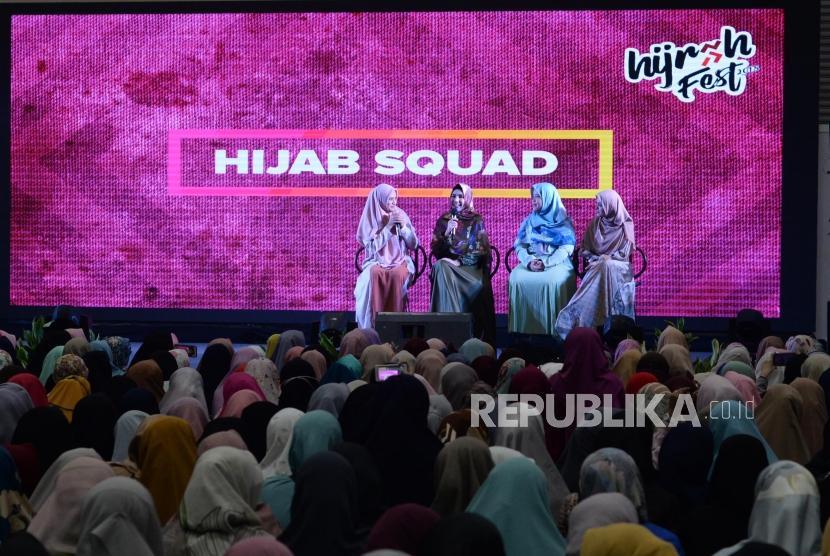 Artis yang tergabung Hijab Squd , Anandita,Kartika Putri, Diera Bachir, Vebby Paliwinta saat talkshow dalam acara Hijrah Fest, Di JCC, Jakarta, Jumat (9/11).