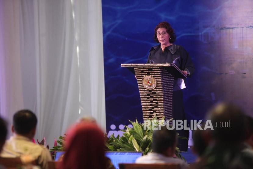 Menteri Kelautan dan Perikanan Susi Pudjiastuti memberikan sambutan saat peletakan batu pertama (groundbreaking) Pasar Ikan Modern Muara Baru, Penjaringan, Jakarta, Kamis (8/2).
