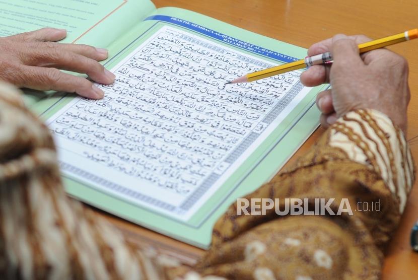 Belajar Mengaji. Peserta mengikuti kegiatan 30 Menit Bisa Membaca Alquran di Kantor Republika, Jalan