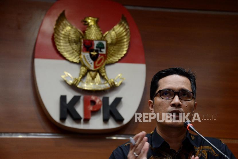 Juru Bicara KPK Febri Diansyah memberikan keterangan saat konferensi pers di Gedung KPK, Jakarta, Selasa (25/6).