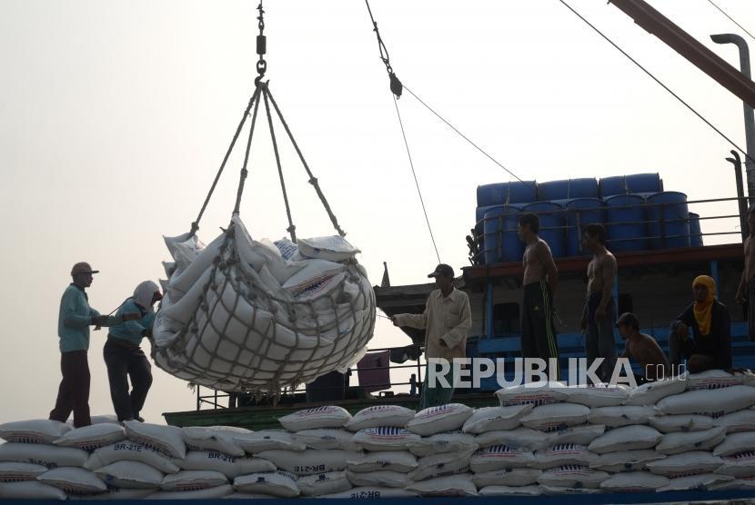 [ilustrasi] Pekerja memindahkan pakan ternak ayam ke atas kapal di Pelabuhan Sunda Kelapa, Jakarta, Rabu (25/7).