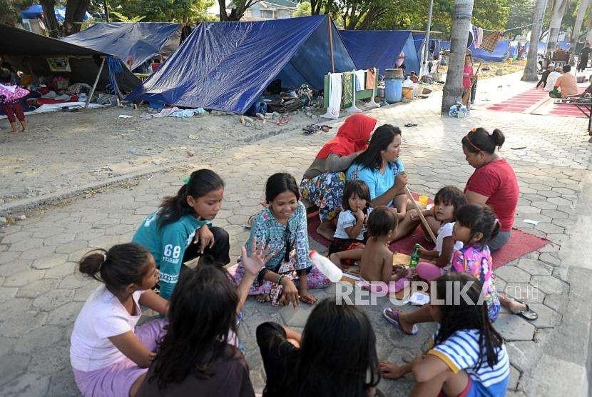 Sejumlah pengungsi beraktivitas di Posko pengungsian Lapangan Masjid Agung Darussalam , Palu, Sulawesi Tengah, Jumat (5/10).