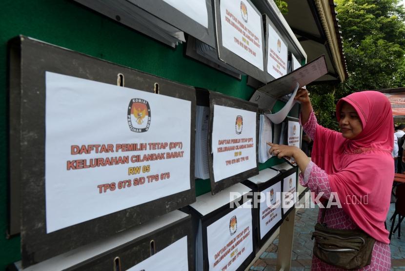 Warga melakukan pengecekan Daftar Pemilih Tetap (DPT) Pemilu 2019 dan Pilpres 2019 di Kantor Kelurahan Cilandak Barat, Jakarta Selatan, Rabu (17/10).