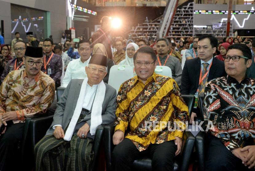 Ketua Dewan Pembina Masyarakat Ekonomi Syariah KH Ma'ruf Amin  (kedua kiri) berbincang dengan Menkominfo Rudiantara (kedua kanan) didampingi Dirut Bursa Efek Indonesia Inarno Djajadi (kanan) dan Ketua MUI Bidang Ekonomi Lukmanul Hakim (kiri) saat seminar Teknologi dan Inovasi untuk Masa Depan Keuangan Islam di Bursa Efek Indonesia, Jakarta, Rabu (13/2).