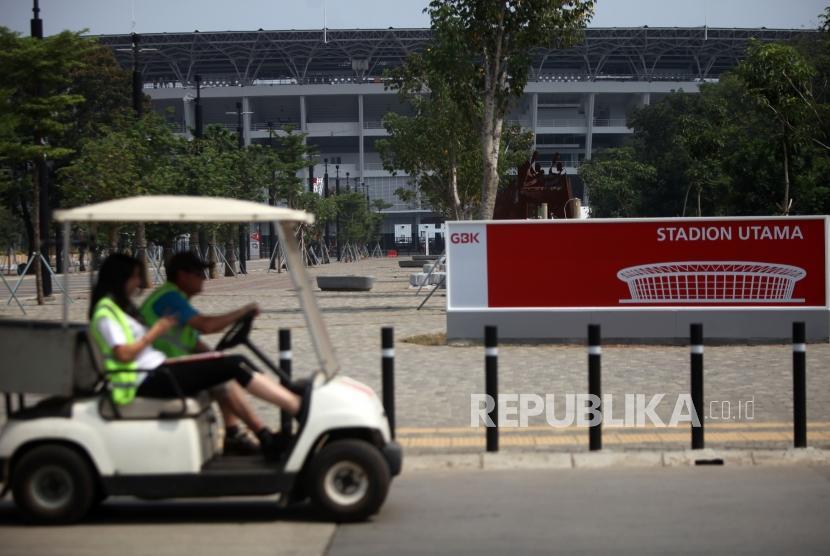 Pekerja melintas di area Stadion Utama Gelora Bung Karno (SUGBK). (ilustrasi)
