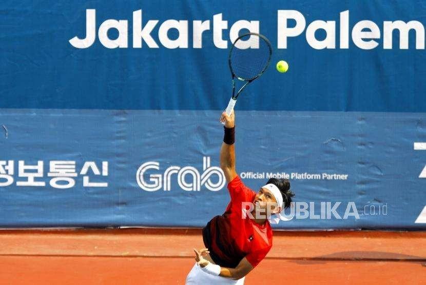 Melaju Ke Final. Petenis Ganda Campuran Indonesia Christopher Rungkat melakukan servis saat bertanding dengan pasangan  Jepang pada cabang tenis nomor ganda campuran di Komplek Olahraga Jakabaring, Palembang, Jumat (24/8).