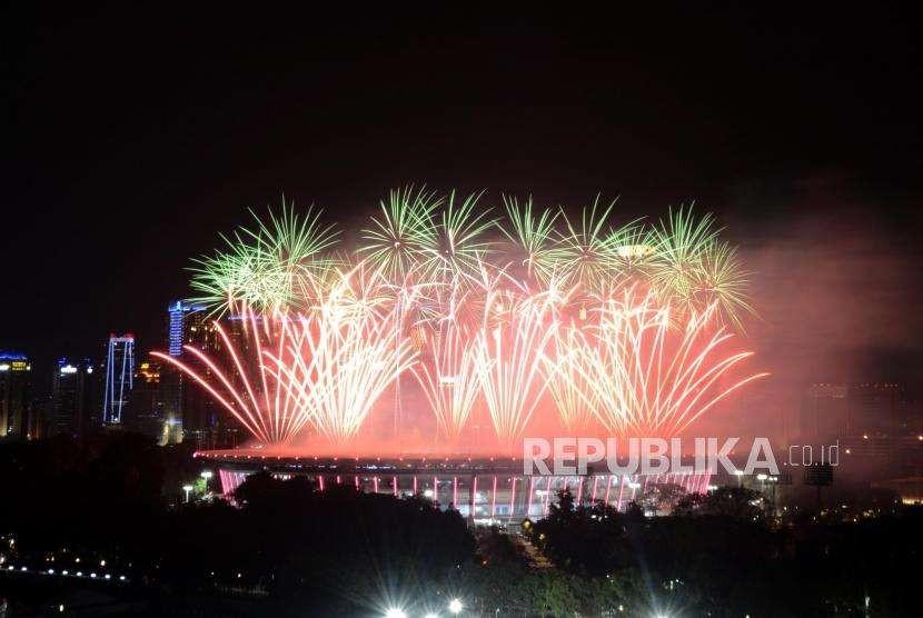 Suasana Stadion Gelora Bung Karno saat dinyalakan kembang api pada pembukaan Asian Games 2018 di Jakarta, Sabtu (18/8).