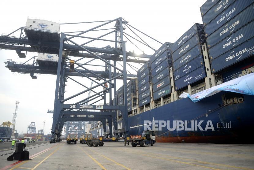 Pelepasan Ekspor Manufaktur. Kapal kontainer ukuran raksasa CMA CGM mengisi muatan di Pelabuhan Tanjung Priok, Jakarta, Selasa (15/5).