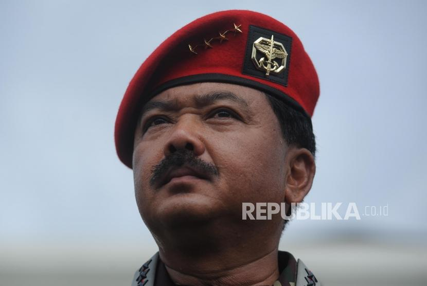 Panglima TNI Marsekal TNI Hadi Tjahjanto memakai baret kopasus.