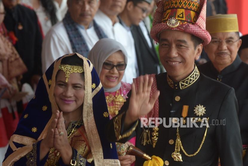 Presiden Republik Indonesia, Joko Widodo  bersama Iriana Widodo melambaikan tangan usai memimpin upacara peringatan hari kemerdekaan Republik Indonesia ke 73 di Istana Merdeka, Jakarta, Jumat (17/8).