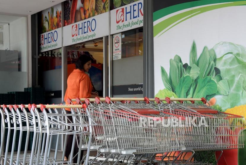 Warga memasuki gerai Hero yang masih buka di kawasan Gondangdia, Jakarta, Selasa (15/1).