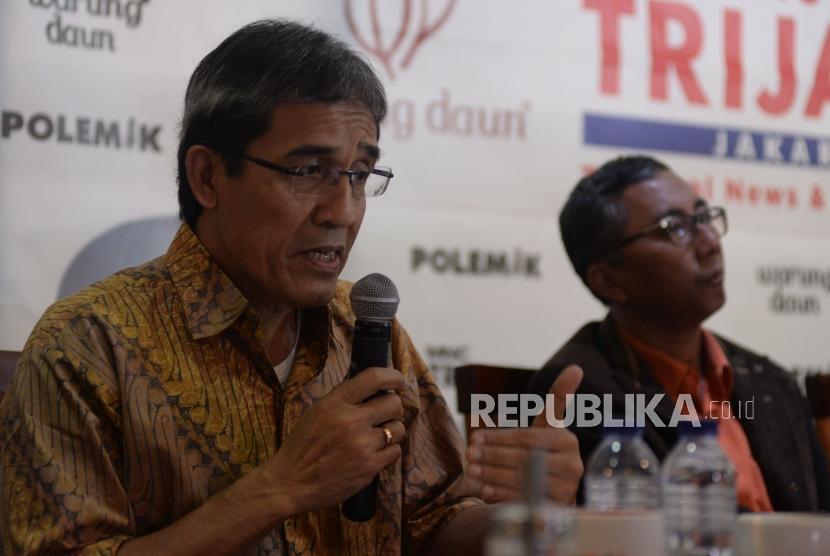 Anggota KPU 2012-2017 Hadar Nafis Gumay menyampaikan pendapatnya dalam diskusi polemik di Jakarta, Sabtu (20/1).